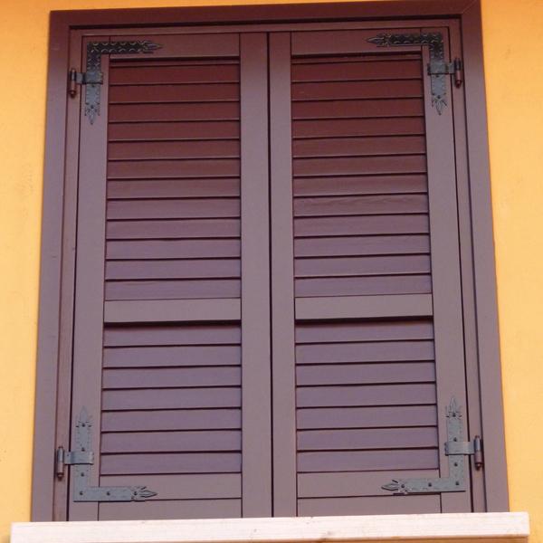 Riparazione porte portoni finestre in legno infissi in for Costo finestre legno
